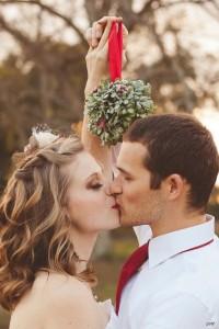 christmas-wedding-kiss